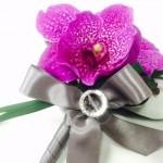 結婚式のコサージュは親族とお呼ばれで違う付け方のマナー